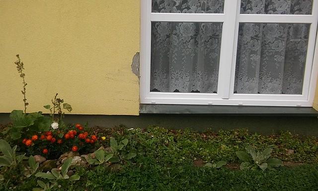 Uszkodzona elewacja budynku