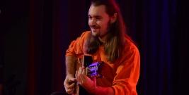 BRZOZÓW: Niezwykły występ wirtuoza gitary Michała Szuby podczas koncertu charytatywnego (FILM)
