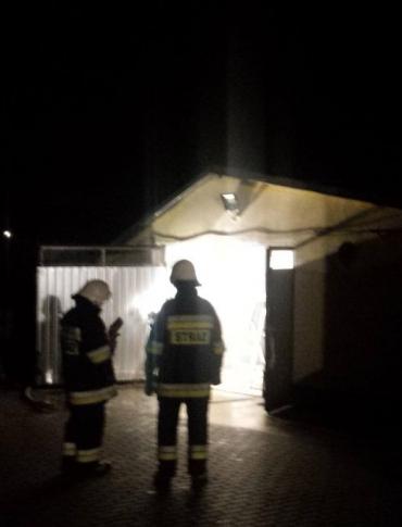 Ogień w garażu. Z pożarem walczyło trzy zastępy strażaków (ZDJĘCIA)