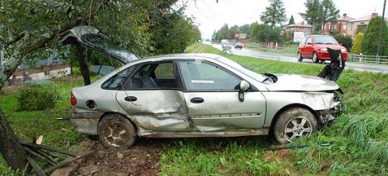 BRZOZÓW24.PL: Stracił panowanie nad autem i wjechał w ogrodzenie posesji (ZDJĘCIA)