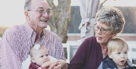"""""""Babcia zrobi wszystko, a dziadek daje słodycze"""". Pamiętajmy o życzeniach dla nich"""