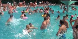 """SONDA: ,,Największą atrakcją brzozowskiego basenu są… dziewczyny!"""" (FILM)"""