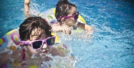 SANOK: Mężczyzna wtargnął do przebieralni na basenie i podglądał dziewczynki. Policja monitoruje jego zachowanie