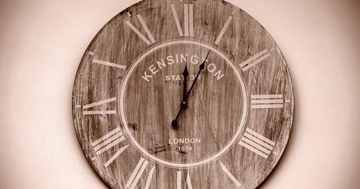 Zegar dopasowany do wnętrza – kilka porad dla fanów harmonijnych aranżacji