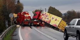PISAROWCE: Służby wyciągały z rowu ciężarowego giganta. Nie było lekko, pojazd ważył bagatela 40 ton (FILM, ZDJĘCIA)