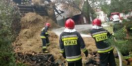 Pożar budynku mieszkalno – gospodarczego w Orzechówce. Ogień objął dach i ścianę zewnętrzną (ZDJĘCIA)