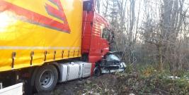 HUMNISKA: Trzy kolizje na jednym odcinku drogi, po zderzeniu z ciężarówką, kierujący volvo trafił do szpitala (ZDJĘCIE)