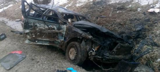 TRAGEDIA NA DRODZE: 25-letni kierowca nie żyje, 21-letnia pasażerka w szpitalu (ZDJĘCIA)