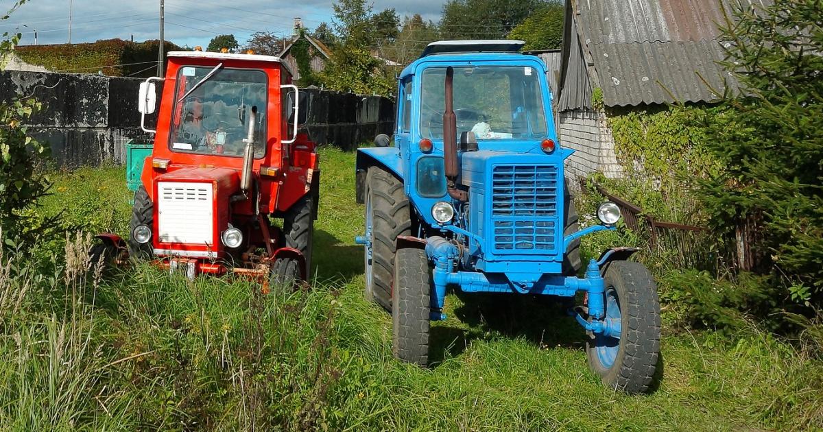 Kierował traktorem mając ponad 3 promile. Uszkodził seata i odjechał