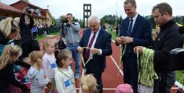 """Rodzinne bieganie w Brzozowie. """"Nowe życie"""" stadionu lekkoatletycznego (FILM, ZDJĘCIA)"""