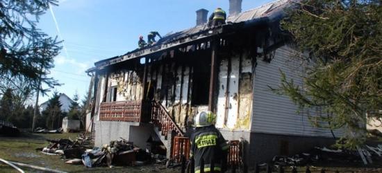 Dom stanął w płomieniach. Podczas próby samodzielnego gaszenia właściciel stracił przytomność (ZDJĘCIA)