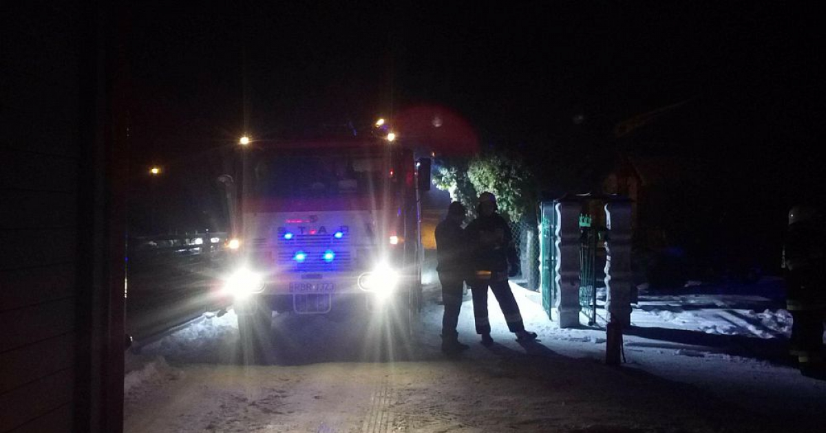 Palił się komin. Strażacy zmagali się z ogniem kilka godzin (ZDJĘCIA)