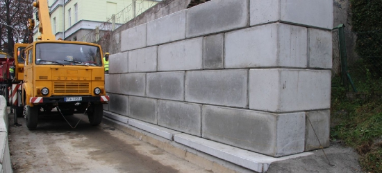 BRZOZÓW: Powstaje mur zabezpieczający osuwisko. Za tydzień jedziemy dwoma pasami! (VIDEO, ZDJĘCIA)