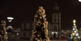 BRZOZÓW: Na rynku pojawiły się pierwsze dekoracje świąteczne. Choinka zalśniła blaskiem setek lampek (ZDJĘCIA)