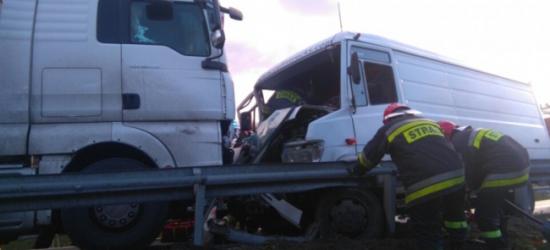 Czołówka ciężarówki z dostawczym mercedesem w Domaradzu
