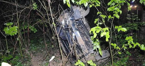 Młody kierowca uciekł z miejsca wypadku, pozostawiając rannego pasażera (ZDJĘCIA)