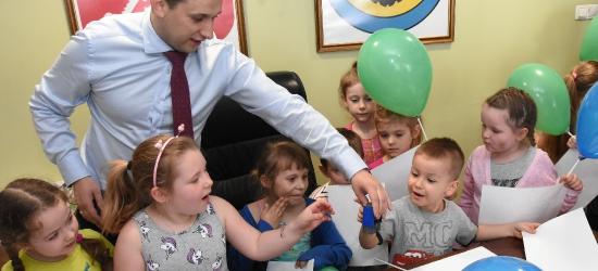 BRZOZÓW: Super frajda dla dzieci w urzędzie miejskim! Uśmiechy od ucha do ucha (VIDEO, ZDJĘCIA)