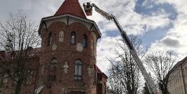 Akcja brzozowskich strażaków na wieży Kina Sokół. Wyglądało to niebezpiecznie (FILM, ZDJĘCIE)