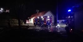 OBARZYM: Spłonęła drewniana stodoła. Ogień rozprzestrzeniał się na budynki mieszkalne (ZDJĘCIA)