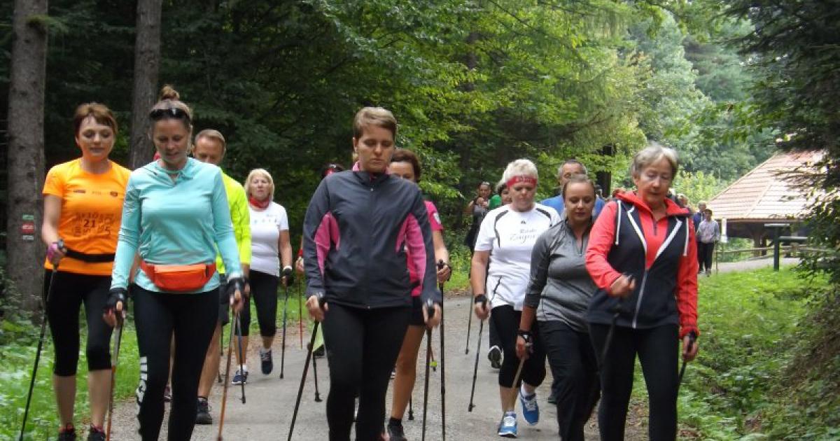 """""""Z kijkami dla relaksu i po zdrowie"""" – rajd nordic walking (ZDJĘCIA)"""