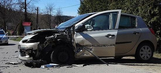 Czołowe zderzenie w Warze. Mężczyzna stracił panowanie nad samochodem (ZDJĘCIA)