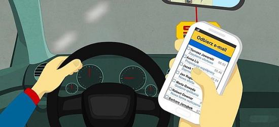 """65% kierowców pisze SMSy w trakcie jazdy. Rusza policyjna akcja ,,Nie (przy)dzwoń za kierownicą"""" (FILM)"""