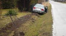 Kierowca BMW zjechał z drogi i zniszczył 10 metrów ogrodzenia (ZDJĘCIA)